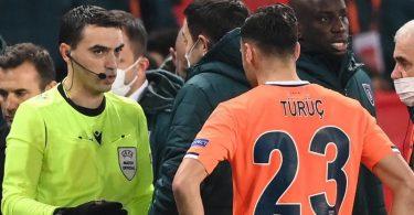 Der rumänische Schiedsrichter Ovidiu Hategan (l) diskutiert mit Verantwortlichen und Spielern von Istanbul Basaksehir und Paris Saint-Germain. Foto: Franck Fife/AFP/dpa