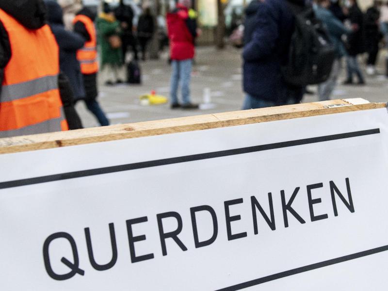 Die für Samstag geplante 'Querdenken'-Kundgebung in Dresden bleibt verboten. Hier Teilnehmer einer Querdenken-Demo in Berlin. (Symbolbild). Foto: Fabian Sommer/dpa