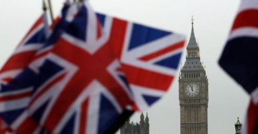 Britische Flaggen wehen in der Nähe des berühmten Uhrturms Big Ben. Vor Ablauf der letzten Frist für eine Entscheidung am Sonntag beraten die Unterhändler weiter über Brexit-Handelspakt. Foto: Matt Dunham/AP/dpa