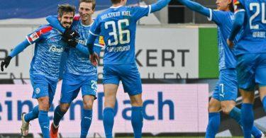 Holstein Kiel gewann auch bei Jahn Regensburg. Foto: Armin Weigel/dpa