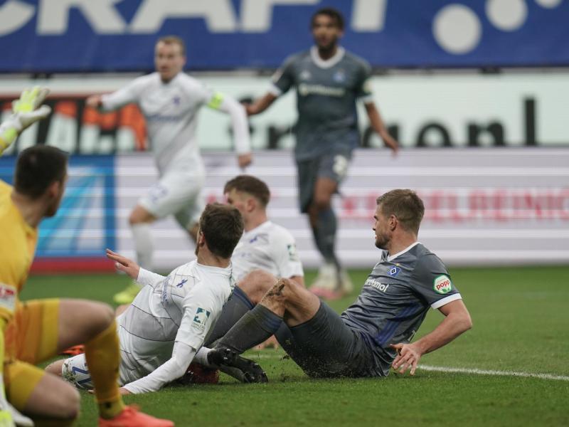 Simon Terodde (r) schoss den HSV zum Sieg. Foto: Thomas Frey/dpa