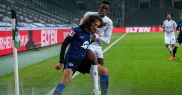 Herthas Matteo Guendouzi schirmt den Ball gegen Gladbachs Denis Zakaria ab. Foto: Marius Becker/dpa