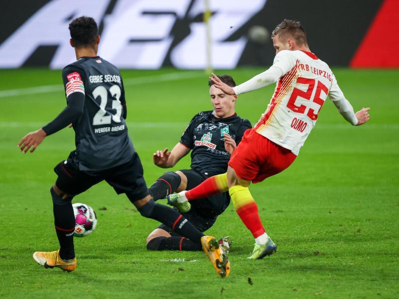Leipzigs Dani Olmo (r) trifft zum 2:0. Foto: Jan Woitas/dpa-Zentralbild/dpa
