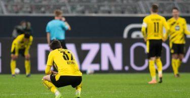 Dortmunds Giovanni Reyna kniet nach einem Gegentreffer auf dem Rasen. Der BVB unterlag überraschend deutlich gegen Stuttgart. Foto: Bernd Thissen/dpa