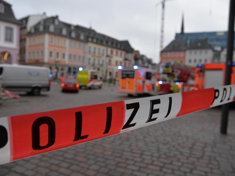 Absperrband der Polizei in der Innenstadt von Trier. Foto: Harald Tittel/dpa