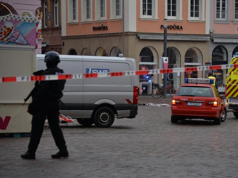Die Polizei sichert den Tatort in der Innenstadt von Trier. Foto: Harald Tittel/dpa