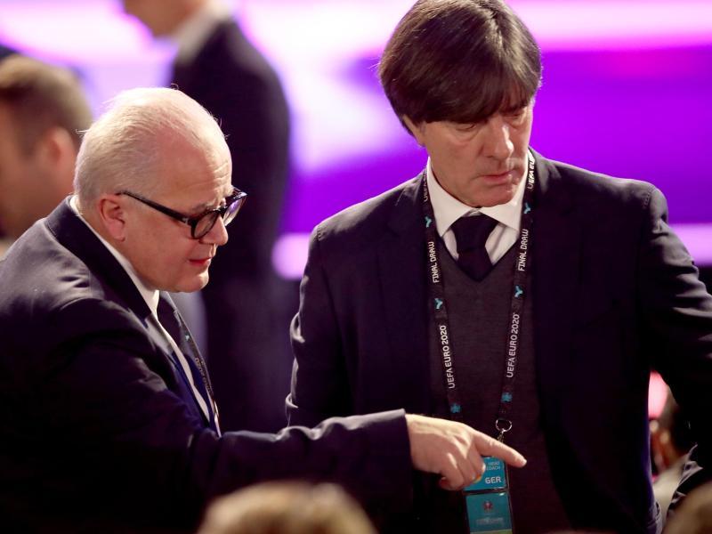 Hatten Gesprächsbedarf: DFB-Präsident Fritz Keller (l) und Bundestrainer Joachim Löw. Foto: Christian Charisius/dpa