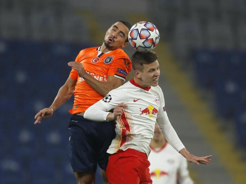 Basaksehirs Rafael (l) und der Leipziger Daniel Olmo kämpfen um den Ball. Foto: Uncredited/AP/dpa