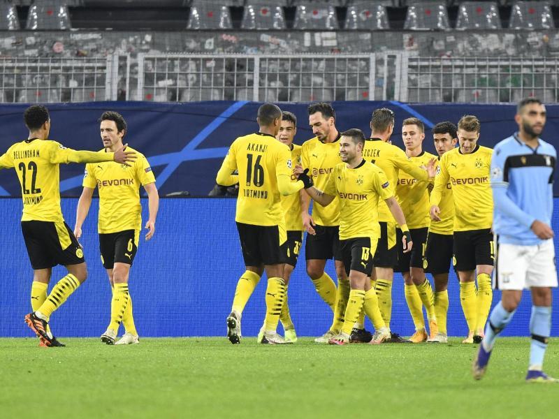Dortmunds Raphael Guerreiro (M) bejubelt sein Tor zum 1:0 gegen Lazio Rom mit seinen Mannschaftskollegen. Foto: Martin Meissner/AP POOL/dpa
