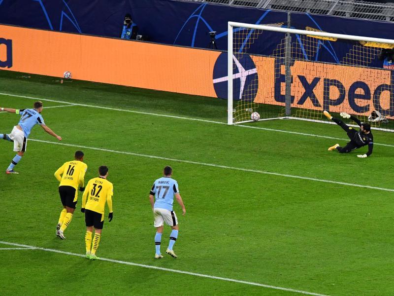 Lazios Ciro Immobile (l) trifft per Elfmeter zum 1:1 gegen Dortmunds Torwart Roman Bürki. Foto: Bernd Thissen/dpa-Pool/dpa