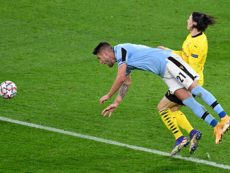 Dortmunds Nico Schulz (r) foult Lazio-Spieler Sergej Milinkovic-Savic. Foto: Bernd Thissen/dpa-Pool/dpa