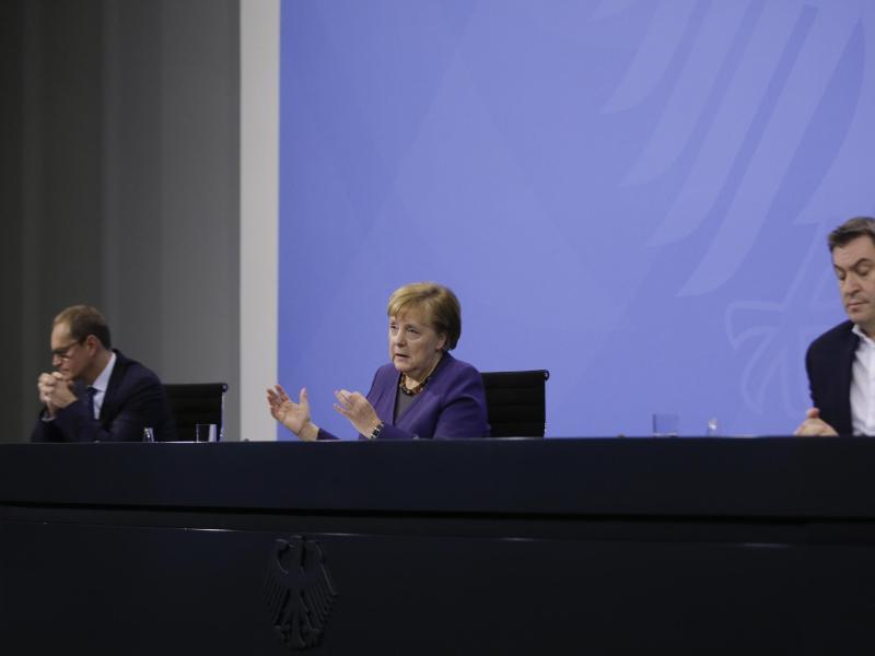 Bundeskanzlerin Merkel (M) spricht bei einer Pressekonferenz nach der Videokonferenz mit den Ministerpräsidenten der Bundesländer. Foto: Markus Schreiber/AP POOL/dpa
