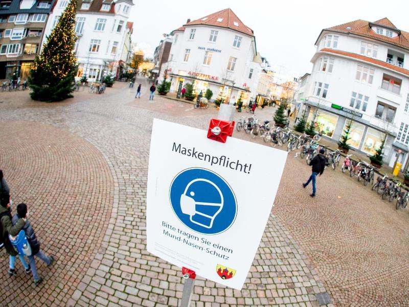 Ein Schild der Stadtverwaltung mit der Aufschrift Maskenpflicht! steht auf dem Julius-Moses-Platz in Oldenburg. Foto: Hauke-Christian Dittrich/dpa