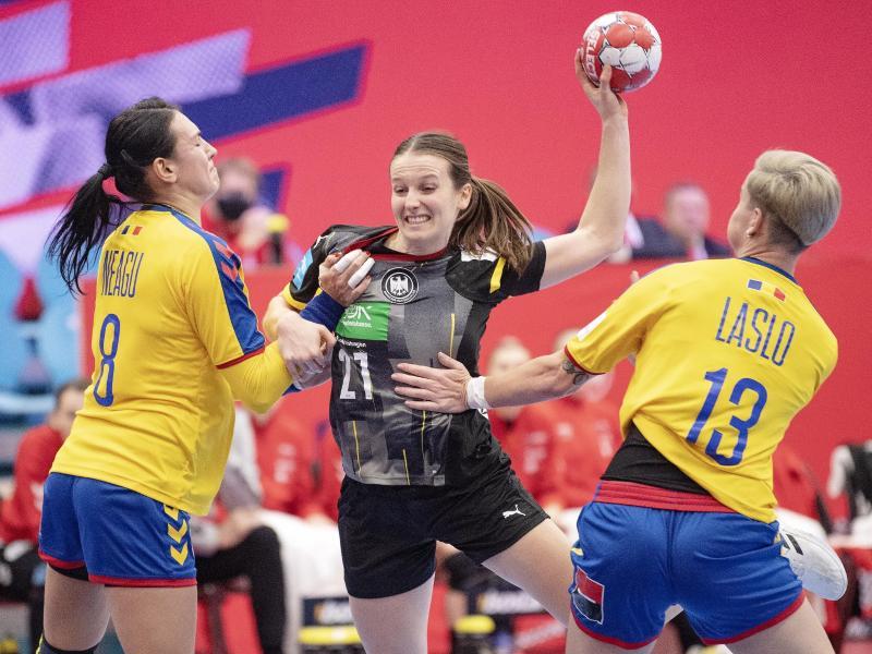 Julia Maidhof (M) setzt sich am Wurfkreis gegen zwei rumänische Spielerinnen durch. Foto: Bo Amstrup/Ritzau Scanpix/dpa