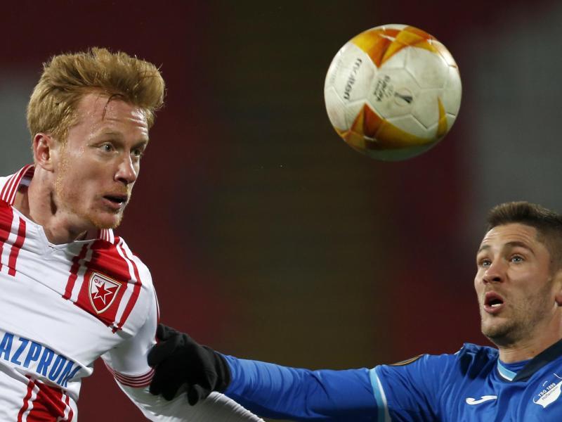 Hoffenheims Andrej Kramaric (r) und Belgrads Radovan Pankov kämpfen um den Ball. Foto: Marko Drobnjakovic/AP/dpa