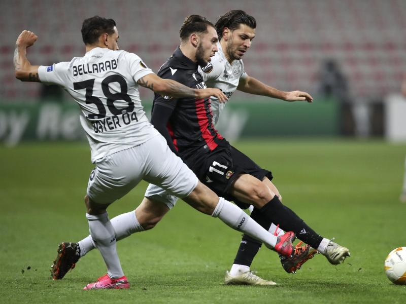 Nizzas Amine Gouiri (M) setzt sich gegen die Leverkusener Kaarim Bellarabi (l) und Aleksandar Dragovic durch. Foto: Daniel Cole/AP/dpa