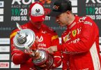 Sebastian Vettel (r) möchte gerne der Ratgeber für Mick Schumacher in der Formel 1 sein. Foto: Rebecca Blackwell/AP/dpa