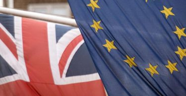 Die Flaggen von Großbritannien und der EU. Foto: Stefan Rousseau/PA Wire/dpa