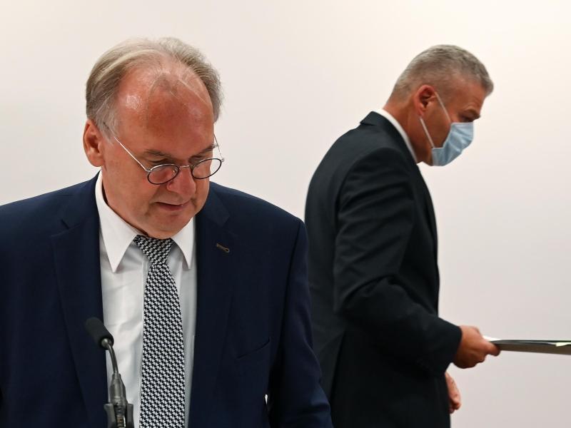 Reiner Haseloff (L) hat Innenminister Holger Stahlknecht entlassen. Foto: Hendrik Schmidt/dpa-Zentralbild/Archiv