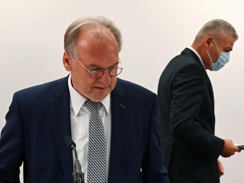 Ministerpräsident Reiner Haseloff (l) hat seinen Innenminister Holger Stahlknecht entlassen. Wie es nun weitergeht in Sachsen-Anhalt, ist noch unklar. Foto: Hendrik Schmidt/dpa-Zentralbild/ZB