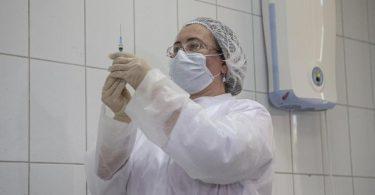 Die Impfungen in Moskau sind kostenlos und freiwillig. Zugelassen sind aber zunächst nur Menschen, die von Berufs wegen viel Kontakt mit anderen Menschen haben (Archiv). Foto: Alexander Zemlianichenko Jr/AP/dpa