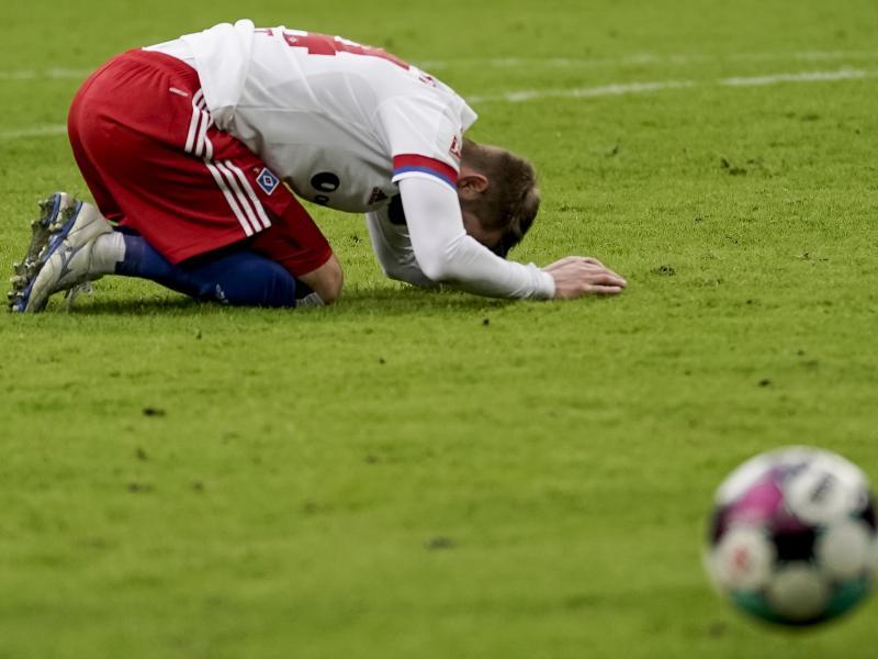 Der Hamburger SV hat daheim gegn Hannover 96 0:1 verloren: HSV-Spieler Aaron Hunt ärgert sich über eine vertane Chance. Foto: Axel Heimken/dpa