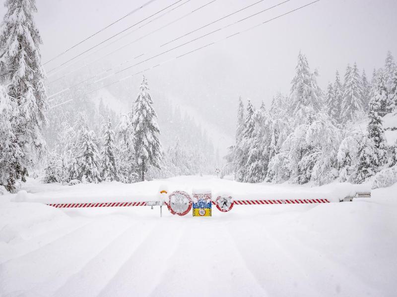 Eine Straßensperre versperrt einen verschneiten Weg am Berg Großglockner in Osttirol. Foto: Expa/Johann Groder/APA/dpa