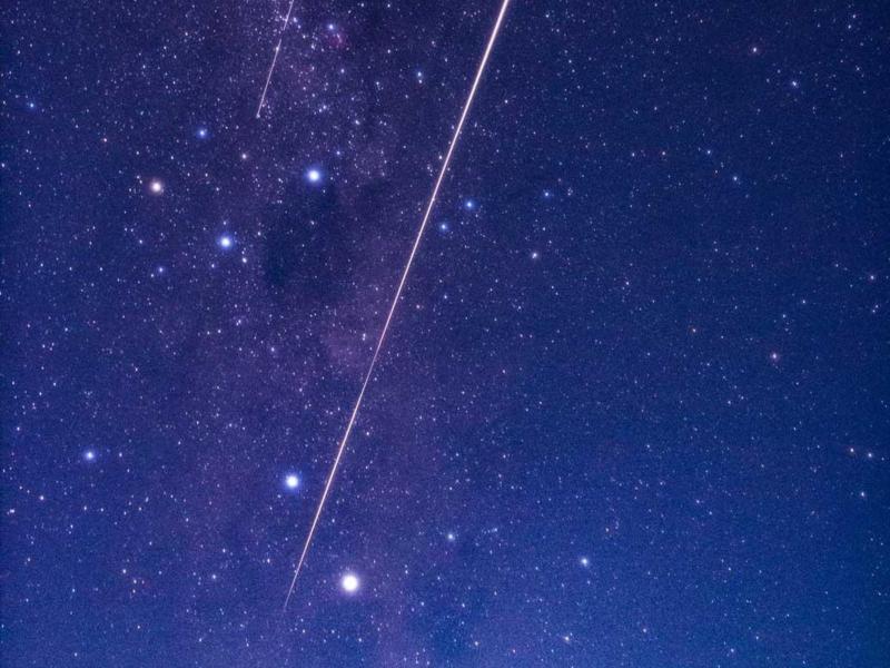 Die kleine Kapsel schießt nach Abtrennung von der Raumsonde wie ein Feuerball durch die nächtliche Atmosphäre. Foto: -/Japan Aerospace Exploration Agency/AAP/dpa