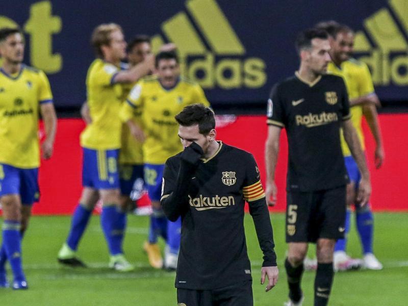 Die Startruppe um Lionel Messi (M.) verlor beim FC Cádiz. Foto: Alvaro Rivero/AP/dpa