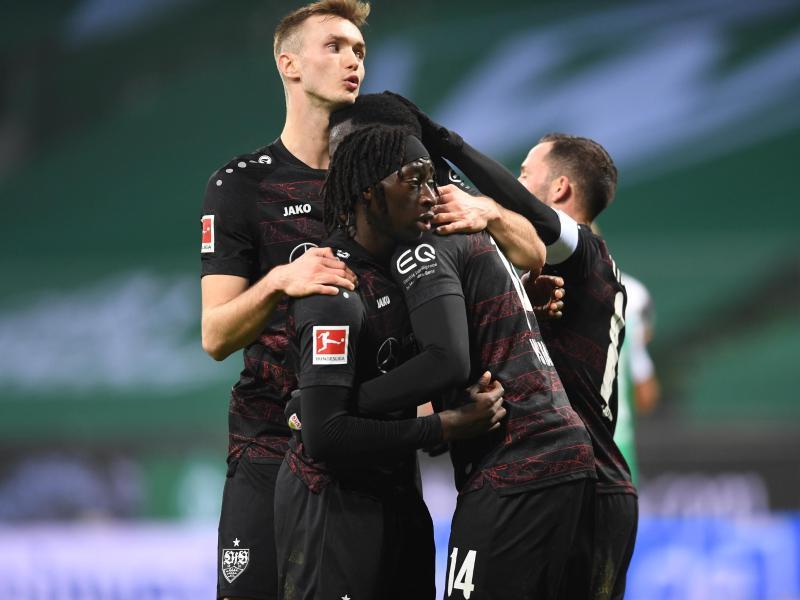 Tanguy Coulibaly (M) und Sasa Kalajdzic (l) jubeln mit Silas Wamangituka, welcher per Elfmeter für die 1:0-Führung des VfB gesorgt hat. Foto: Carmen Jaspersen/dpa