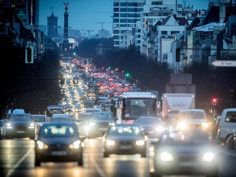 Der abendliche Berufsverkehr in Berlin. Dank Kohle-Kompromiss, Klimapaket und internationalem Einsatz machte Deutschland einige Plätze gut. Foto: Michael Kappeler/dpa