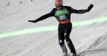 Hat bei der Skisprung-WM nach dem Freitag Platz eins inne: KarlGeiger. Foto: Darko Bandic/AP/dpa