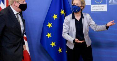 Hier gehts lang: EU-Kommisonschefin Ursula von der Leyen zeigt Boris Johnson wo es langgeht. Foto: Olivier Hoslet/Pool EPA/AP/dpa
