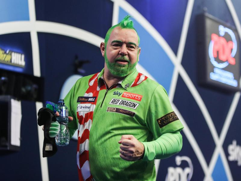 Weltmeister PeterWright im Kostüm des'Grinch'. Foto: Kieran Cleeves/PA Wire/dpa