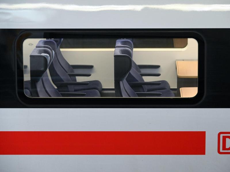 Blick auf leere Sitzplätze in einem ICE. Foto: Uwe Zucchi/dpa/Symbolbild/Archiv