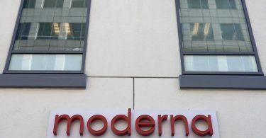 DasModerna-Logo am Hauptsitz des Konzerns. Foto: Elise Amendola/AP/dpa/Archiv