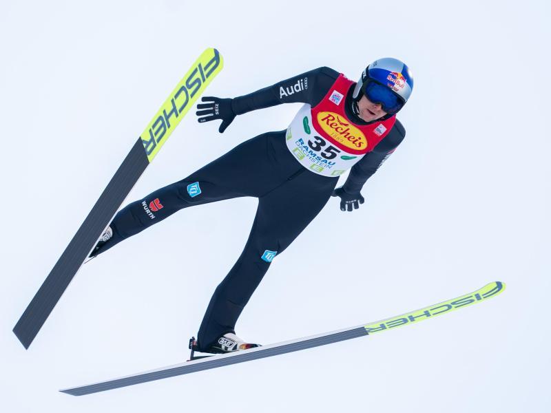 Kombinierer VinzenzGeiger beim Skispringen. Foto: Georg Hochmuth/APA/dpa
