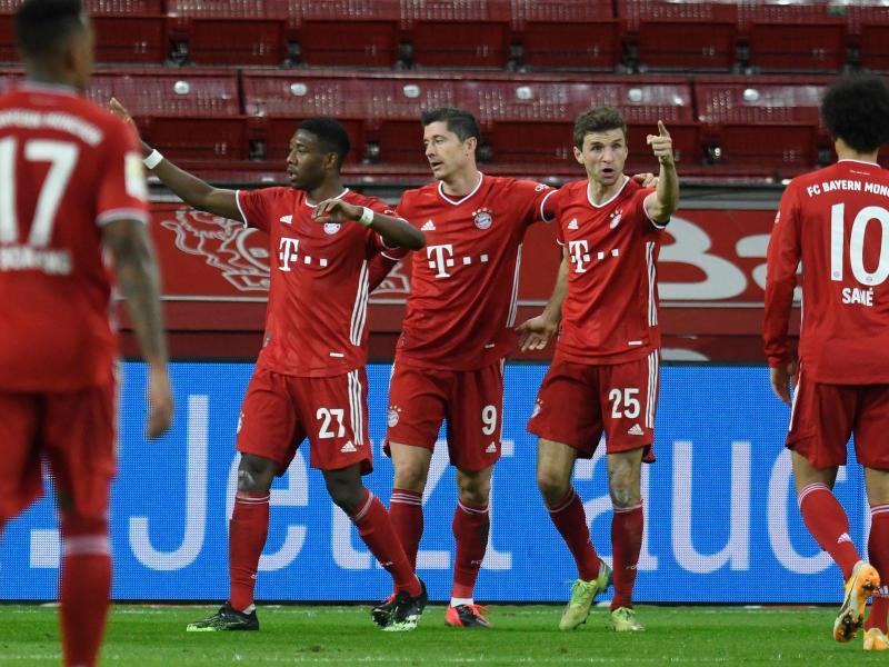 Robert Lewandowski (M) erzielte beide Tore der Bayern. Foto: Bernd Thissen/dpa-pool/dpa