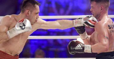 Felix Sturm (l) besiegte Timo Rost einstimmig nach Punkten. Foto: Axel Heimken/dpa