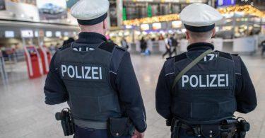 Das Archivfoto zeigt Bundespolizisten am Frankfurter Flughafen. Foto: Frank Rumpenhorst/dpa