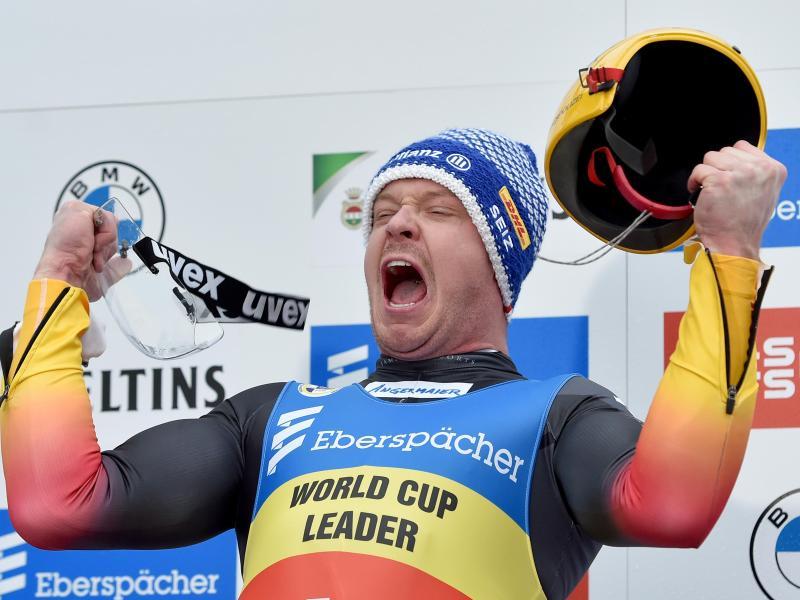 Rodelstar Felix Loch feiert seinen Sieg in Winterberg. Foto: Caroline Seidel/dpa
