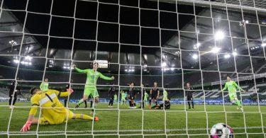 Der Ball landet nach dem Freistoß von Wolfsburgs Josip Brekalo im Tor. Foto: Swen Pförtner/dpa