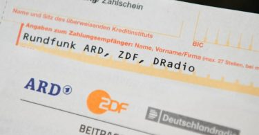 Für Haushalte in Deutschland werden vorläufig weiterhin jeden Monat 17,50 Euro Rundfunkbeitrag anfallen. Foto: Nicolas Armer/dpa