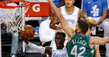 Dennis Schröder (l) setzte sich mit Los Angeles Lakers gegen Maxi Kleber von den Dallas Mavericks durch. Foto: Ringo H.W. Chiu/FR170512 AP/dpa