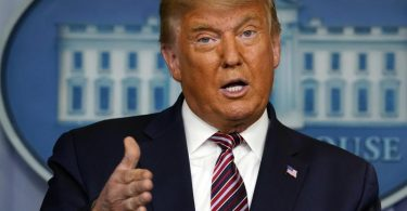 Der amtierende US-Präsident Donald Trump hat das Corona-Konjunkturpaket mit seiner Unterschrift in Kraft gesetzt. Foto: Evan Vucci/AP/dpa