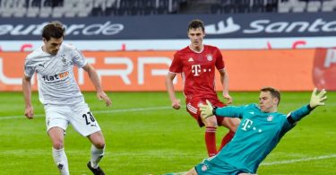 Der Gladbacher Jonas Hofmann (l) traf zweimal gegen Bayern-Keeper Manuel Neuer. Foto: Martin Meissner/AP/Pool/dpa