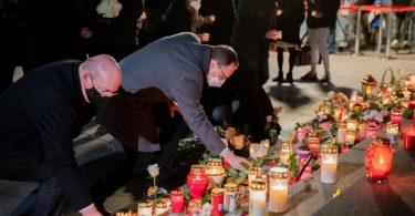 Michael Müller (SPD, M), Regierender Bürgermeister von Berlin, und Edgar Franke (SPD), Opferbeauftragter der Bundesregierung, legen bei einer Gedenkfeier am vierten Jahrestag des islamistischen Anschlags auf den Weihnachtsmarkt am Breitscheidplatz Kerzen nieder. Foto: Christoph Soeder/dpa