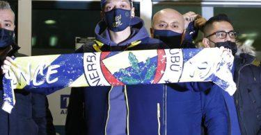 Wird in der Türkei mit offenen Armen empfangen: Fenerbahce-NeuzugangMesut Özil. Foto: Str/AP/dpa