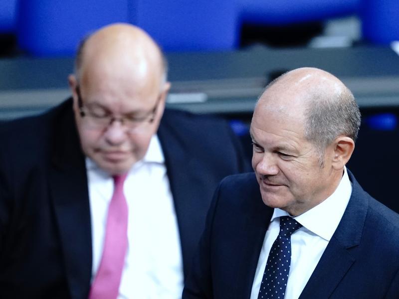 Wirtschaftsminister Peter Altmaier (l) und Finanzminister Olaf Scholz haben die Ausweitung der Hilfen sowie eine Vereinfachung der Bedingungen angekündigt. Foto: Kay Nietfeld/dpa