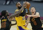 Lakers-Superstar LeBron James (M) erzielte 46 Punkte gegen die Cleveland Cavaliers. Foto: Tony Dejak/AP/dpa